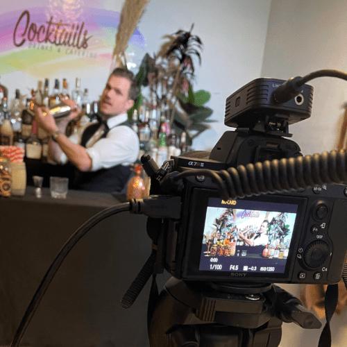 online cocktailkursus kamera bartender shaking